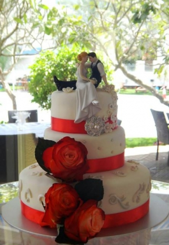 Pearls and Roses Wedding Cake Created By  Posted By Easy Partys